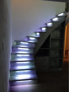 Photo d'un escalier éclairé en blanc froid par un ruban led RGB