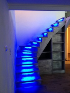 éclairage bleu pour les marches de cet escalier
