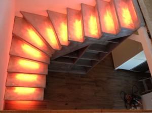 éclairage orange de marche d'escalier